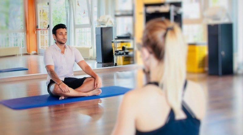 séance de yoga avec professeur