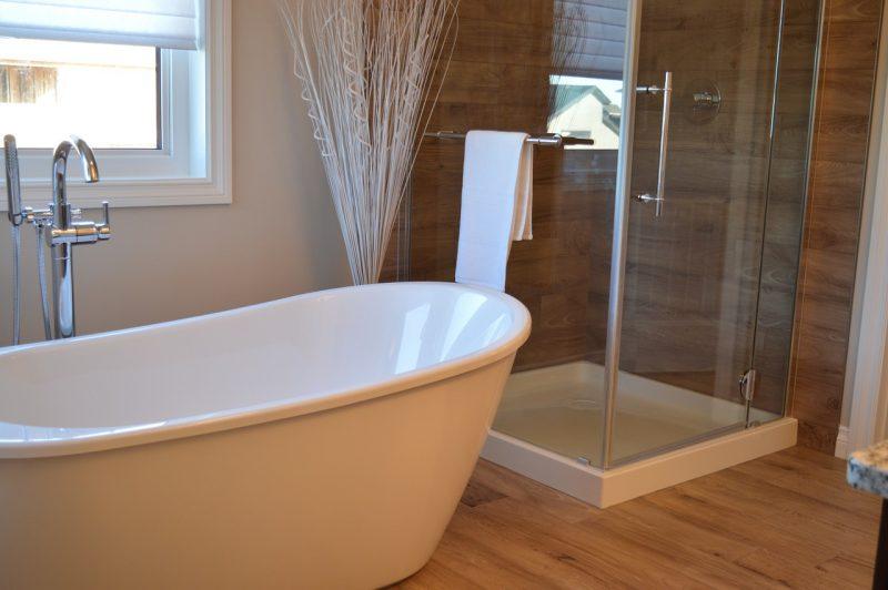 Baignoire en salle de bain moderne